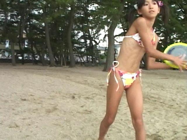 カラフルなビキ二姿でビーチでフリスビーで遊ぶU12JSジュニアアイドル苺ゆいちゃん