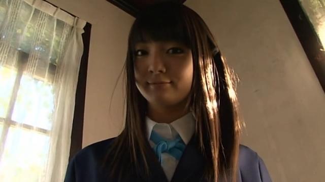 制服姿で微笑むU15JCジュニアアイドル吉岡なつきちゃん