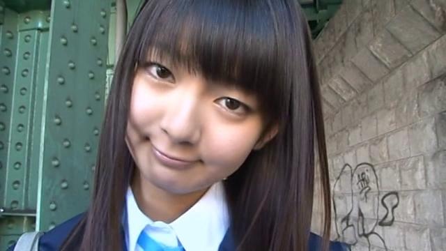 制服姿でこちらを見つめるU15JCジュニアアイドル吉岡なつきちゃん