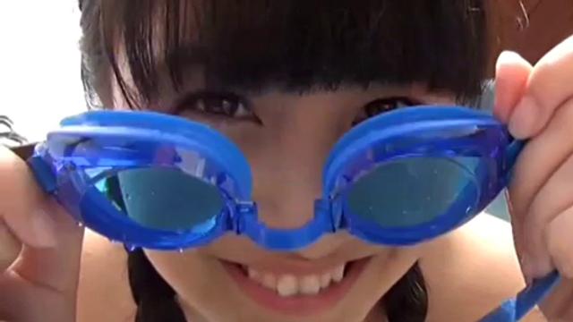 ゴーグルをつけようとするU15JCジュニアアイドル東海林藍ちゃんのお顔アップ