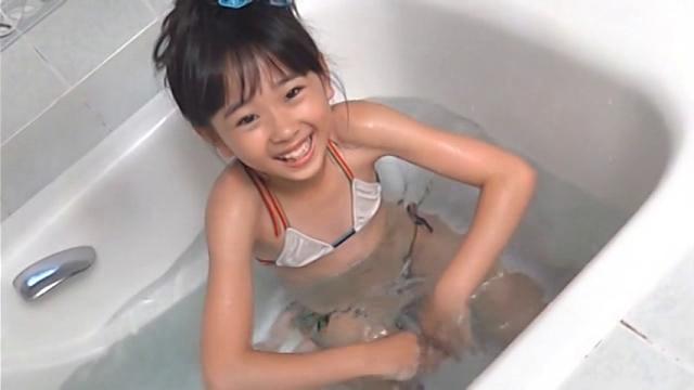 湯船につかりながら笑顔を向ける白の極小ビキニ姿のU12JSジュニアアイドル雨宮鈴実ちゃん