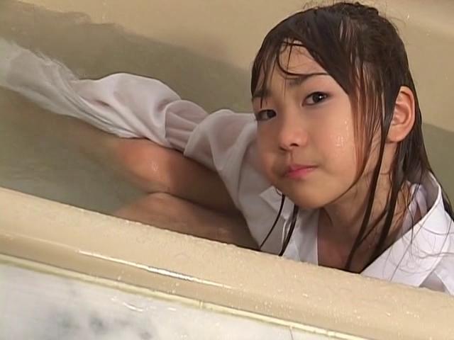大き目のYシャツを着て入浴するU12JSジュニアアイドル高見あいらちゃん