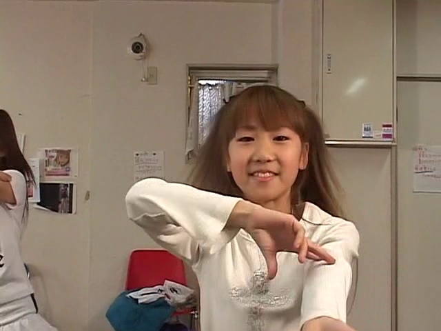 ダンスを披露するU12JSジュニアアイドル高見あいらちゃん