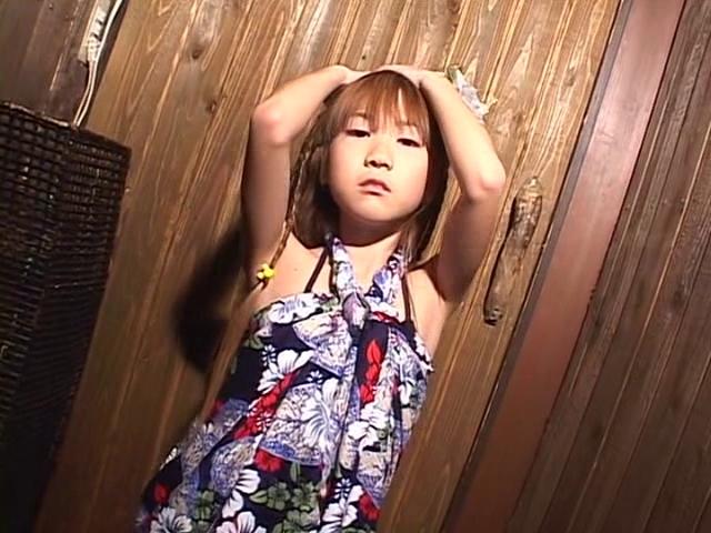 花柄ワンピース姿のU12JSジュニアアイドル高見あいらちゃん