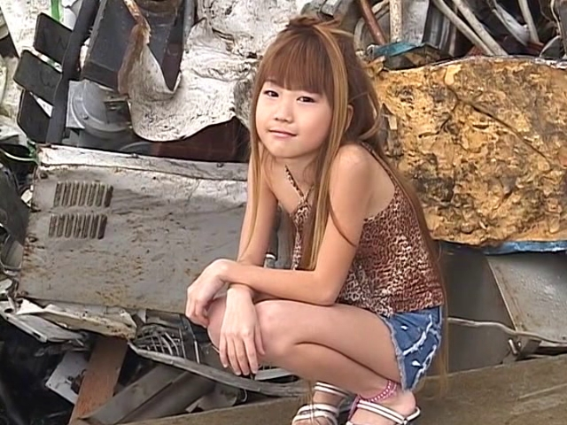 肩だし豹柄衣装にデニムのショートパンツ姿で座ってこちらを見つめるU12JSジュニアアイドル高見あいらちゃん