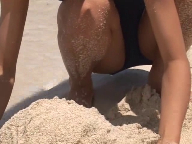 ビーチで砂遊びするスクール水着姿のU15JCジュニアアイドル木内リカちゃん