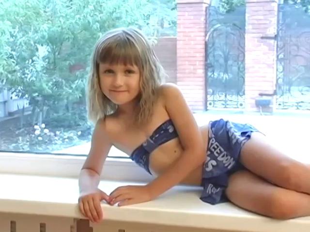 青のベアトップビキニ姿で横に寝そべってポージングする洋ロリジュニアアイドルマリヤちゃん
