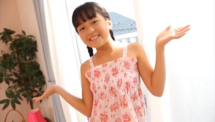 ワンピース姿で微笑むU12JSジュニアアイドル伊杉あかなちゃん