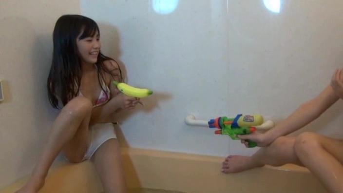 バスルームで水鉄砲で遊ぶビキ二姿のU12JSジュニアアイドル猫みみちゃん