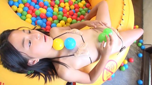 簡易プールの淵に寝そべるベージュの極小ビキニ姿のU12JSジュニアアイドル中村早希ちゃん
