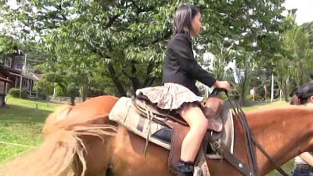 乗馬を楽しむ制服姿のU12JSジュニアアイドル中村早希ちゃん