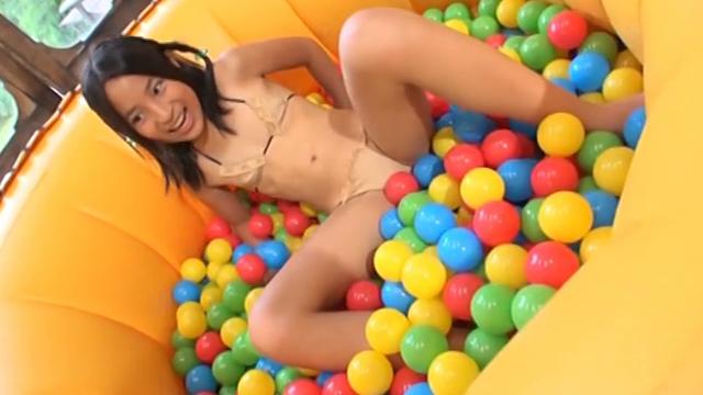 ボールを敷き詰めた簡易プールのなかで遊ぶベージュの極小ビキニ姿のU12JSジュニアアイドル中村早希ちゃん