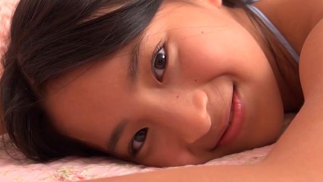 うつ伏せになってこちらに微笑むU12JSジュニアアイドル中村早希ちゃん
