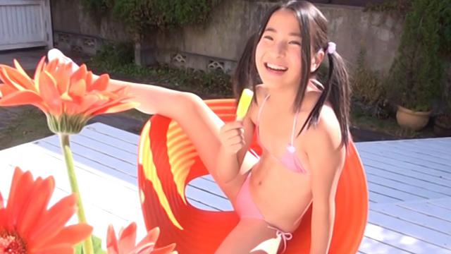 椅子に座ってアイスを舐めるピンクの極小ビキニ姿のU12JSジュニアアイドル中村早希ちゃん