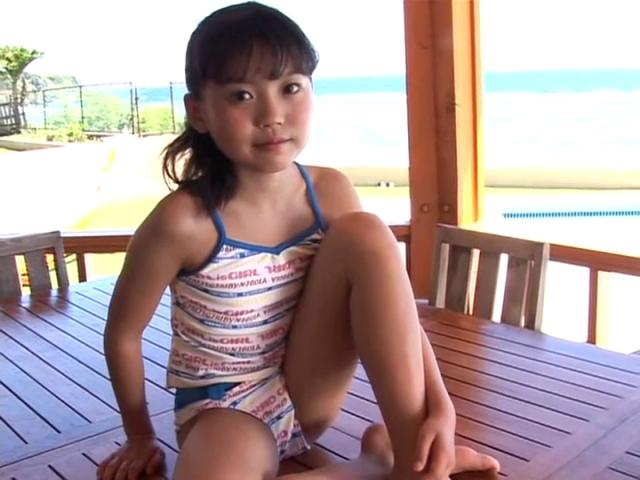テーブルの上に座ってこちらを見つめるセットアップ衣装のU12JSジュニアアイドル星ひらりちゃん