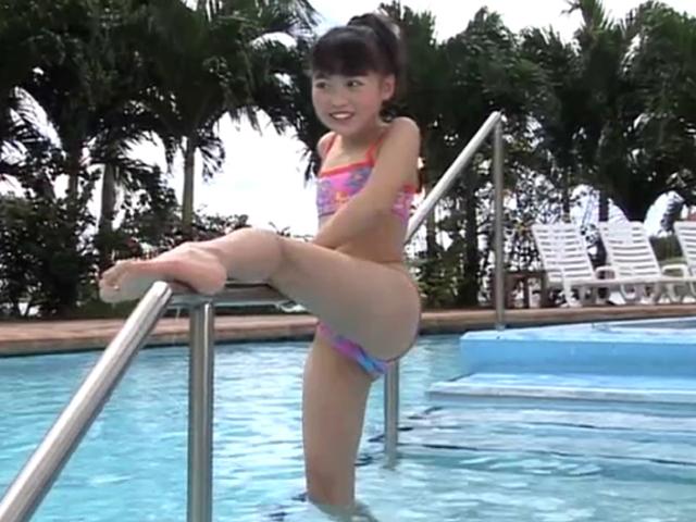 プールの手すりに脚をかけるビキ二姿のU12JSジュニアアイドル星ひらりちゃん