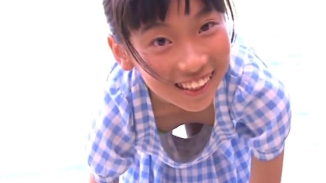 前屈みになるワンピース姿のU12JCジュニアアイドル柳沢梨乃ちゃん