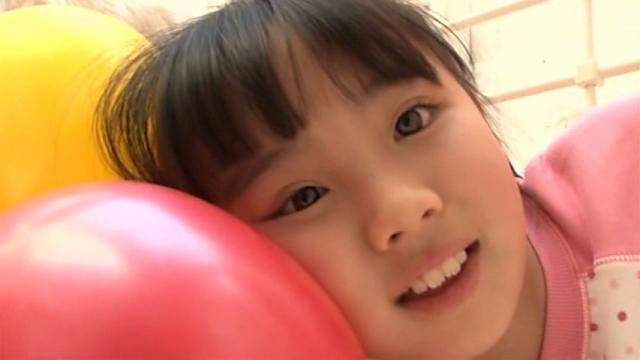 風船を顔にくうつけて微笑むぱじゃま姿のU12JSジュニアアイドル青葉えりかちゃん