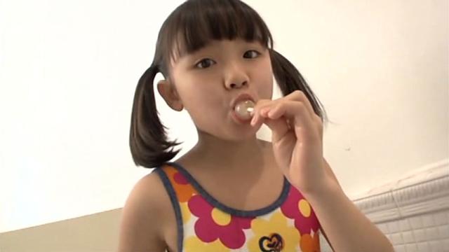 キャンディを舐める花柄水着姿のU12JSジュニアアイドル青葉えりかちゃん