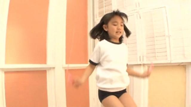 縄跳びを跳ぶ体操服ブルマ姿のU12JSジュニアアイドル青葉えりかちゃん