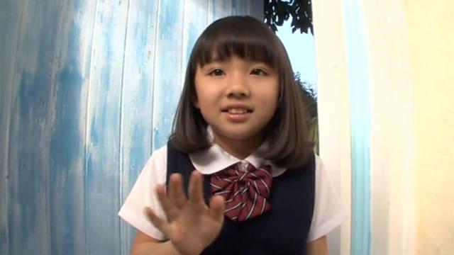 手をふる制服姿のU12JSジュニアアイドル青葉えりかちゃん
