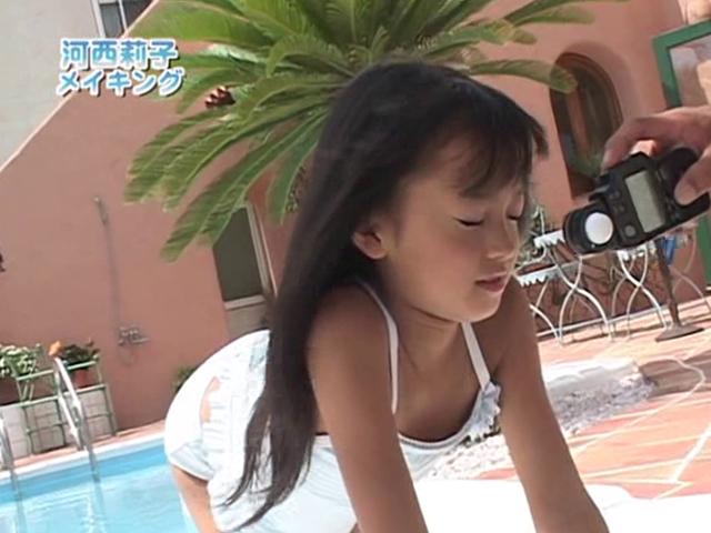 四つん這いポーズをとる水着姿のU12JSジュニアアイドル河西莉子ちゃん