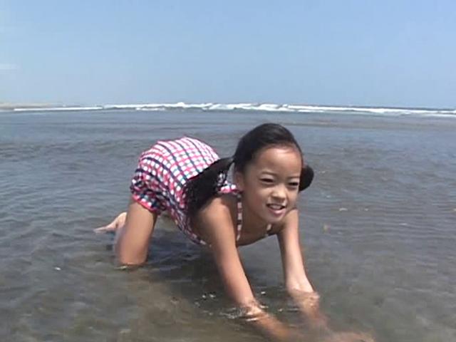 ビーチで四つん這いになる水着姿のU12JSジュニアアイドル河西莉子ちゃん