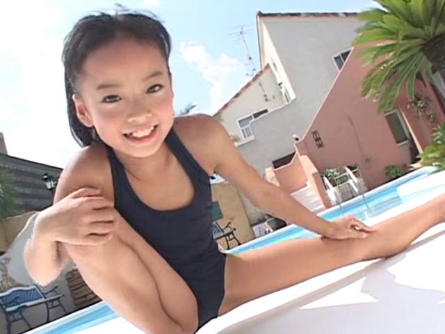 プールサイドでストレッチするスクール水着姿のU12JSジュニアアイドル河西莉子ちゃん