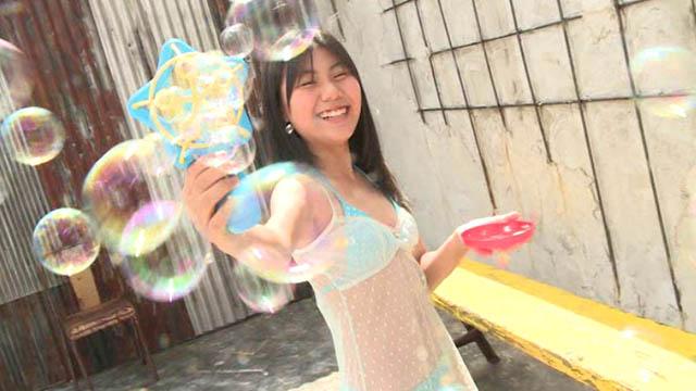シャボン玉で遊ぶ水色ビキ二姿のU12ジュニアアイドル愛田夏加ちゃん