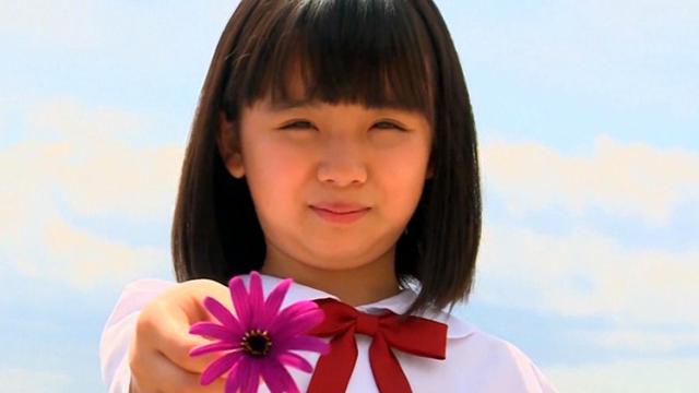 こちらに一輪の花を差し出すU12JSジュニアアイドル青葉えりかちゃん