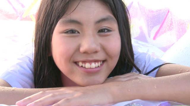 簡易プールの淵に両手を組んで顔をのせて微笑むU12ジュニアアイドル愛田夏加ちゃん