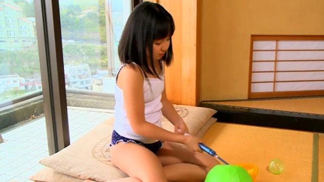 ボールに空気を入れるキャミソール姿のU12JSジュニアアイドル青葉えりかちゃん