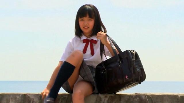 座る制服姿のU12JSジュニアアイドル青葉えりかちゃん