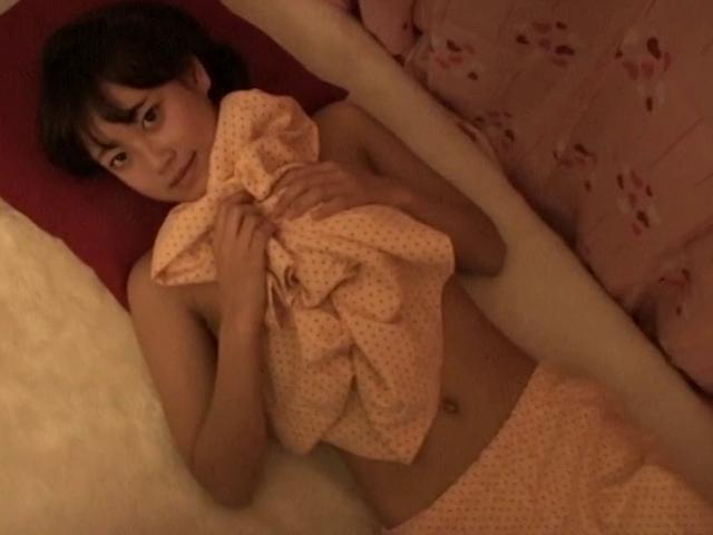 ベッドに仰向けになってパジャマを脱ぐU15JCジュニアアイドル山田りかこちゃん