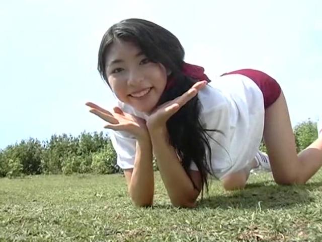 四つん這いポーズをとる体操服ブルマ姿のU15JCジュニアアイドル泉明日香ちゃん