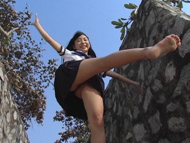 脚を上げる制服姿のU15JCジュニアアイドル泉明日香ちゃんのローアングル