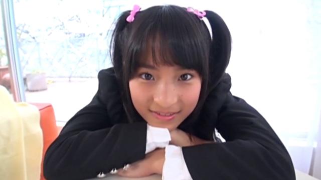 制服姿でこちらを見つめるU12JSジュニアアイドル中村早紀ちゃん