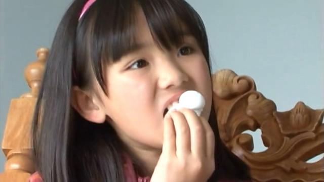 おやつを食べるU12JSジュニアアイドル青葉えりかちゃん
