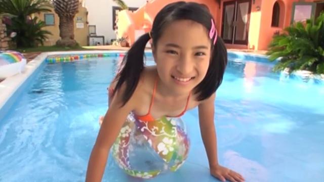 プールでビーチボールの上に四つん這いになるオレンジの極小ビキニ姿のU12JSジュニアアイドル中村早希ちゃん