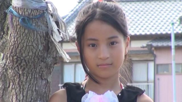 こちらを見つめる黒のワンピース姿のU12JSジュニアアイドル中村早希ちゃん