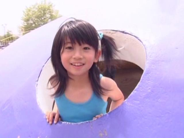 公園の遊具から顔を出すタンクトップにミニスカ姿のU12JSジュニアアイドル山口藍ちゃん