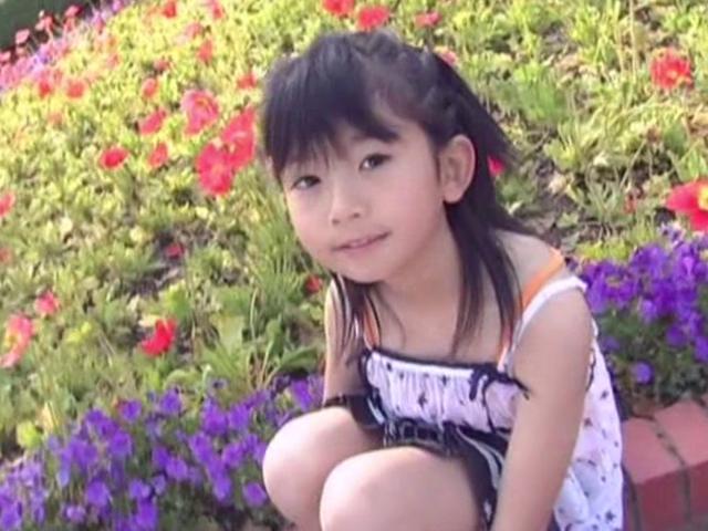 お花畑でしゃがんで微笑むワンピース姿のU12JSジュニアアイドル山口藍ちゃん