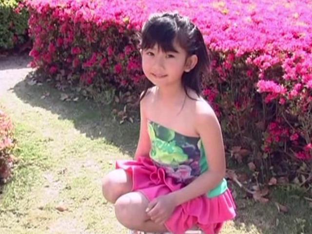 しゃがんでこちらに微笑むベアトップにミニスカート衣装のU12JSジュニアアイドル山口藍ちゃん