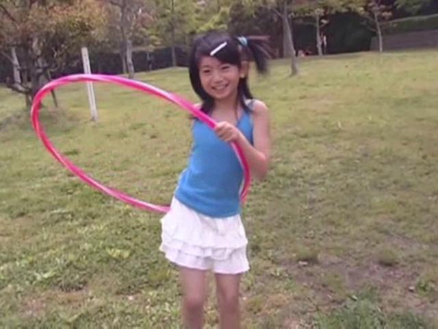 フラフープするタンクトップにミニスカート姿のU12JSジュニアアイドル山口藍ちゃん