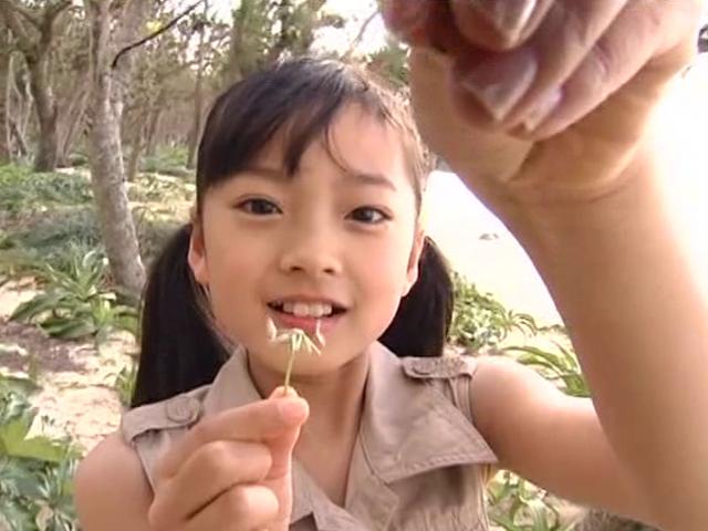 お花を手に持つベージュのワンピース姿のU12JSジュニアアイドル河西莉子ちゃん