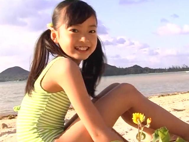 ビーチで座って微笑むストライプの水着姿のU12JSジュニアアイドル河西莉子ちゃん