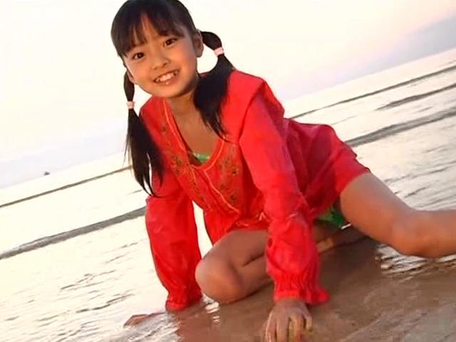 ビーチで座って微笑む赤のビキ二ワンピース姿のU12JSジュニアアイドル河西莉子ちゃん