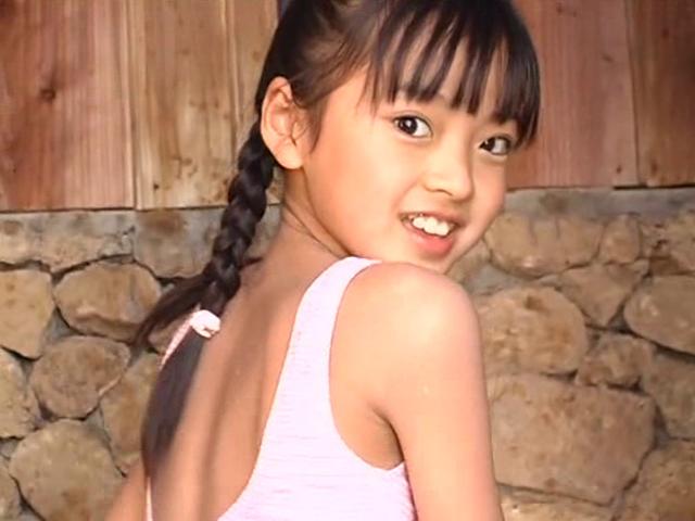 こちらに振りむいて笑顔をみせるピンクの水着姿のU12JSジュニアアイドル河西莉子ちゃん