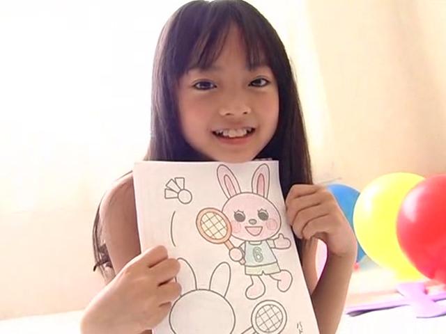 お絵かきした絵を胸元に抱えて披露するU12JSジュニアアイドル河西莉子ちゃん