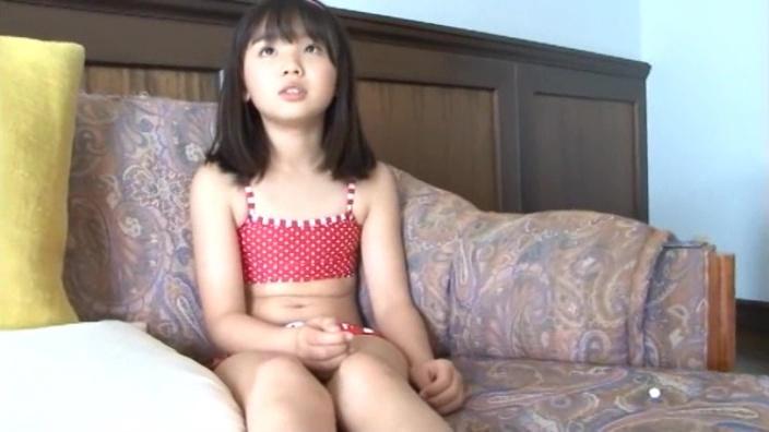 椅子に座る赤のビキ二姿のU12JSジュニアアイドル青葉えりかちゃん